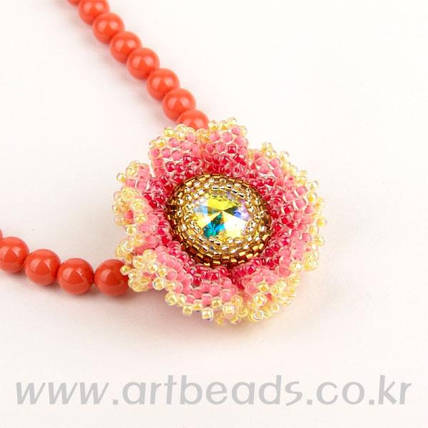 Кулон-цветок из бисера и